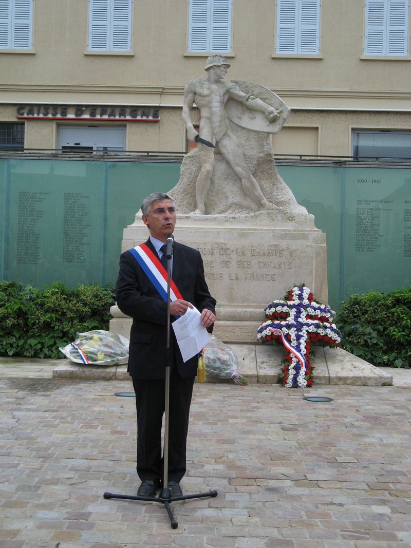 Place de Gaulle - monument aux morts