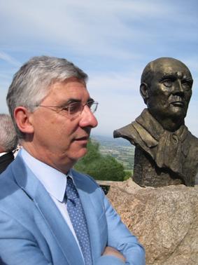 Gaëtan Gorce devant la statue de François Mitterrand