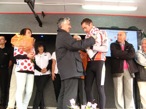 Remise du maillot et félicitation aux vainqueurs par Gaëtan Gorce